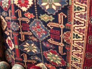 アフガン絨毯 深みのある色使い。がらも特徴的です