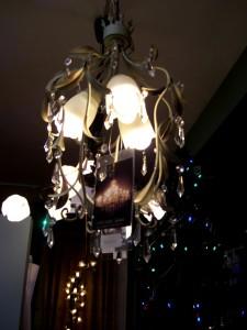 ホワイトアイアンにチューリップ?すずらん?かわいいシェードのランプ