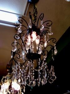 014 黒いフレームから漏れるシャンデリア球の光がとてもきれい!